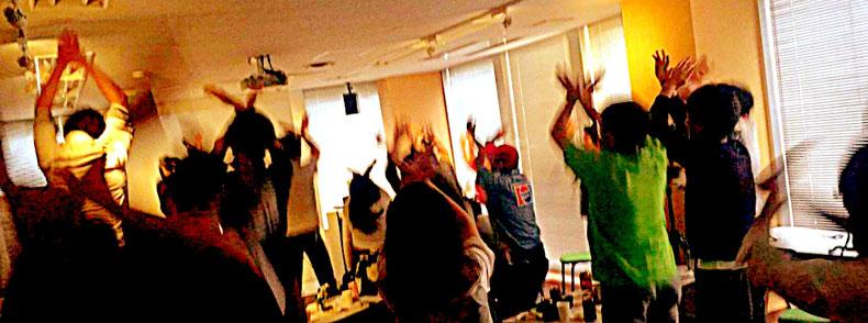 社会起業大学のXJAPANセミナーでエックスジャンプをしている様子(講師:渡辺達文)