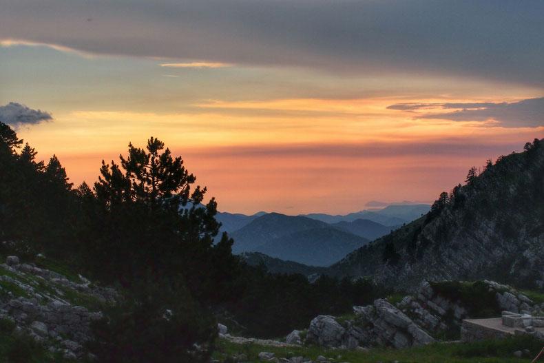 Der Blick folgt den vorgelagerten Gipfeln bis hinunter zum Wasser der Adria.