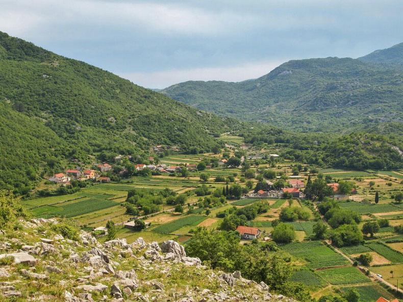 Der Weiler Krusevice - Startpunkt unserer Reise über den Orjensattel.