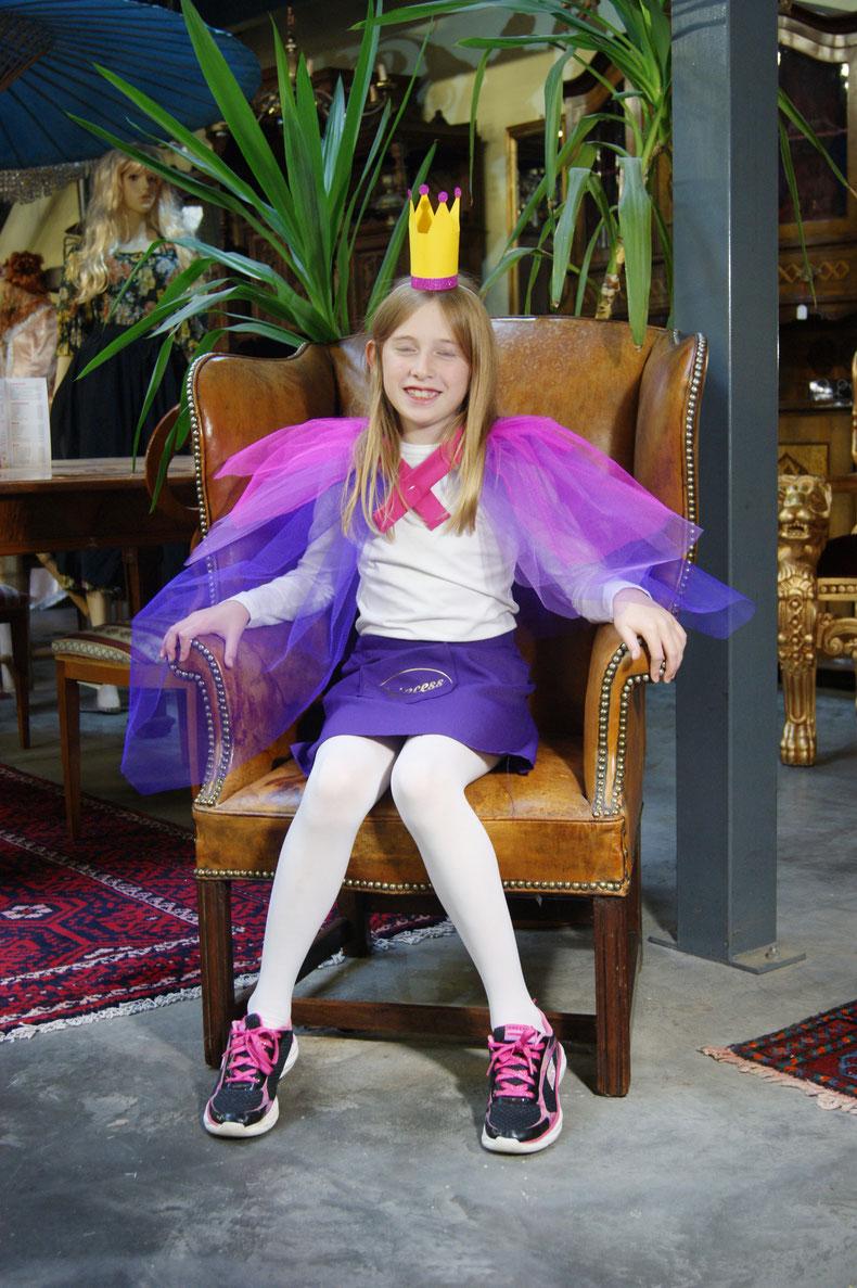 Und nochmals Prinzessin Elena auf ihrem Prinzessinenstuhl.