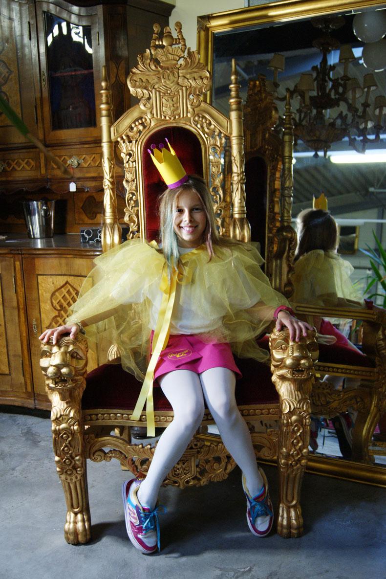 Prinzessin Elena auf ihrem Thron und den findet du bei http://www.ifantik.at