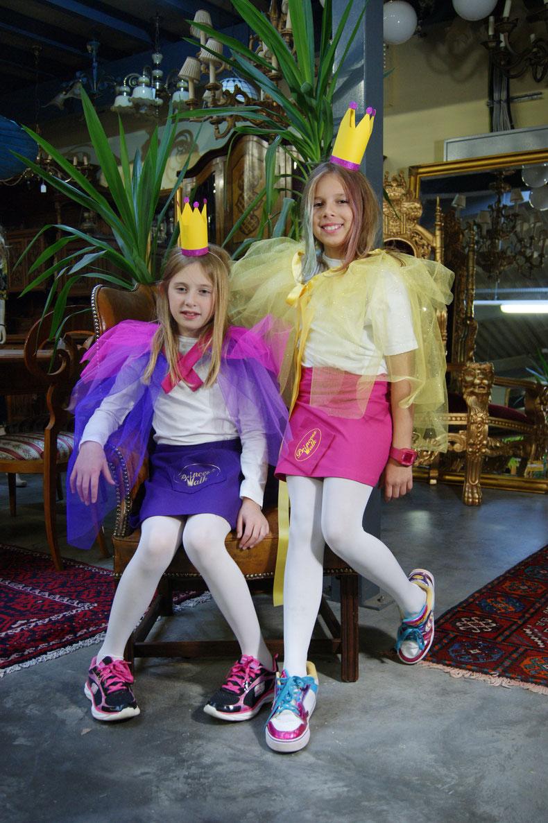 Die Jungdesignerinnen sind stolz auf ihren ersten selbstgenähten Rock!