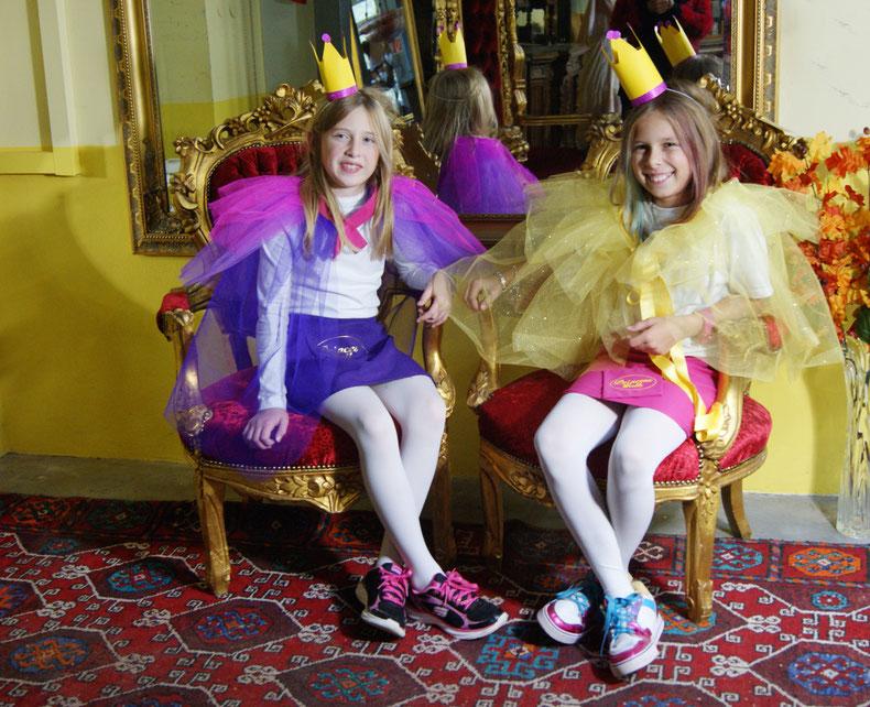 Prinzessin Elena und Prinzessin Elena  - Freundinnen fürs Leben sitzen beide auf dem Sofa für Prinzessinnen
