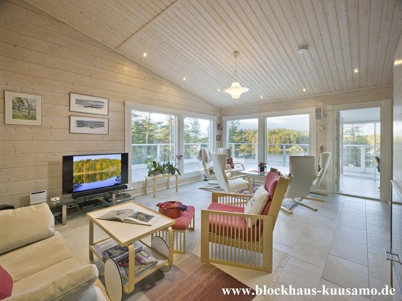 Finnisches Architektenhaus mit Seeblick - Holzbau - Hausbau - Blockhausbau - Bau - Einrichtung im Blockhaus - Wohnzimmer mit Terrasse