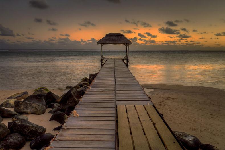Titelbild der Kategorie Personal Coaching, langer, überdachter Steg am Meer und Sonnenuntergang