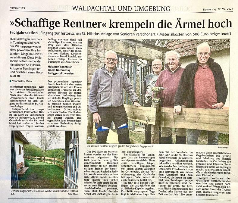 Schaffige Rentner montieren stabilen Holzzaun am Zugang zum historischen St. Hilarius-Friedhof.
