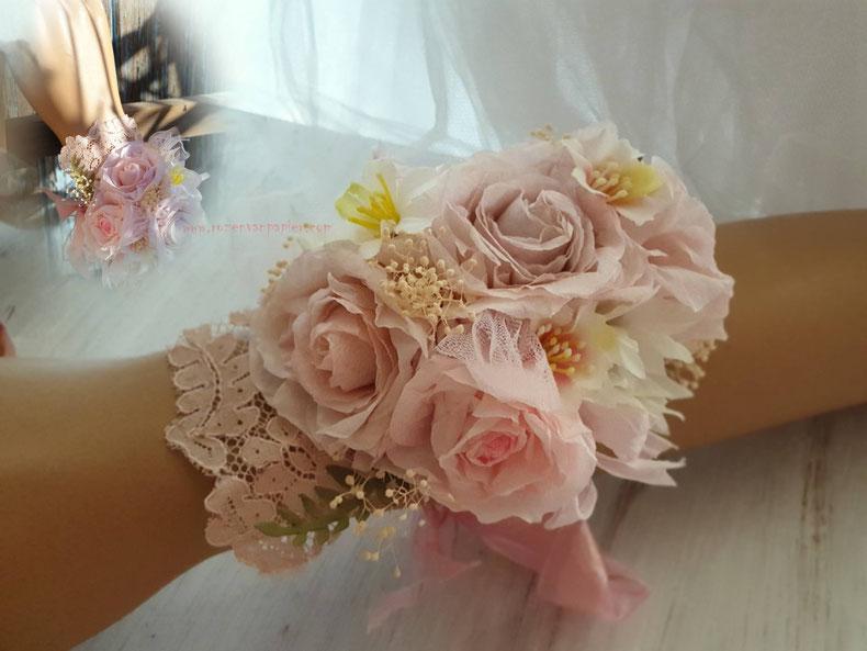 Polscorsages, rozen van papier, met gedroogde bloemetjes. Ook  halscorsages, of haarband en centuur met rozen en andere bloemen naar wens.