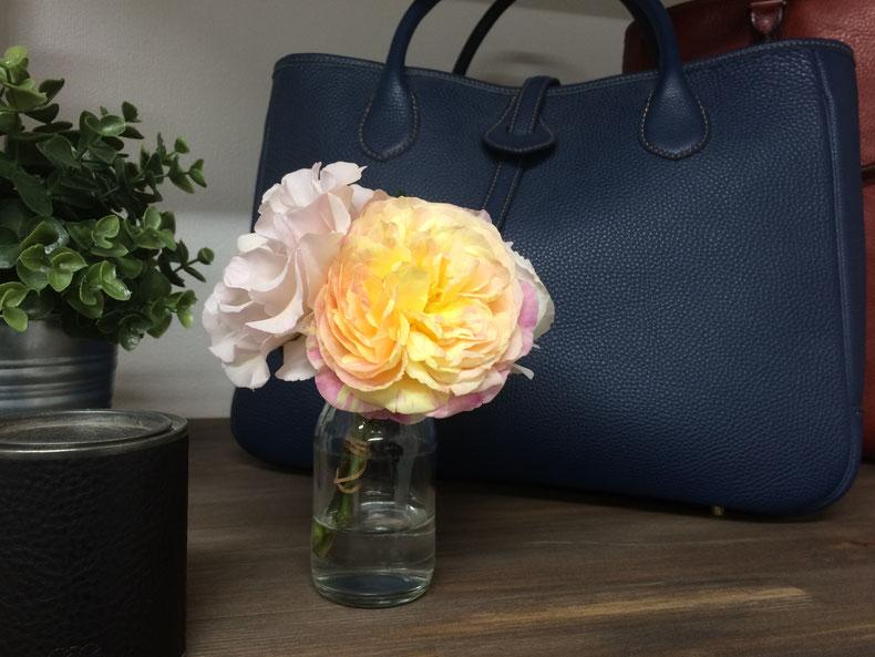 バラと革のバッグ
