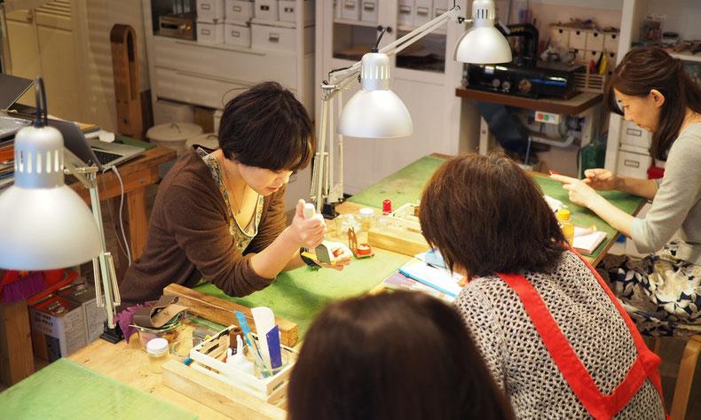 東京・神奈川・大阪にあるレザークラフト(革)教室ヨコハマセリエの様子