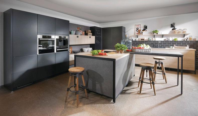 Industrial Design Küche mit Kochinsel und Ansatztheke