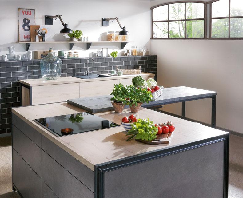 """Kochinsel mit üppiger Abstellfläche für Geschirr, """"Kochwerkzeug"""", Töpfe und Pfannen."""