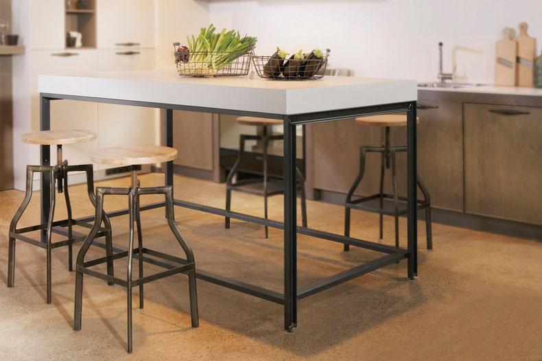 Küchentisch im industrial-design mit gegossenen U-Stahl-Profilen