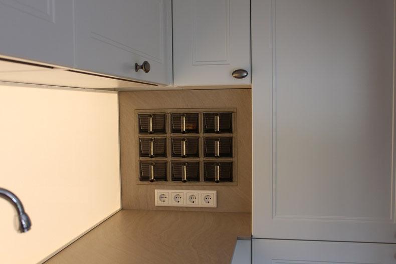 Küche mit LED Nischenrückwand - wohnconcepte