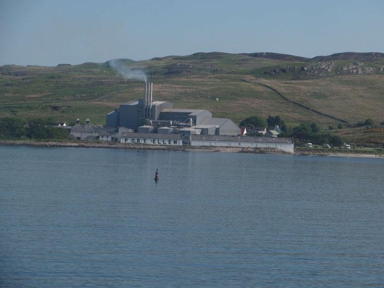 Die stillgelegte Port Ellen Distillery von der Fähre aus