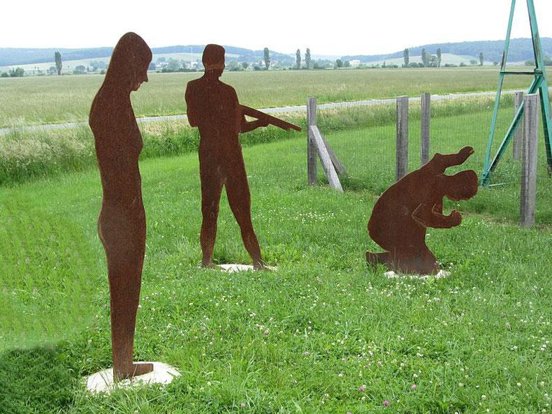 """Erschütternd: Rekonstruktion des """"Eisernen Vorhangs"""" beim Grenzerfahrungsweg (Foto: Wikipedia)"""