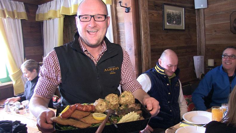 Almzeit-Hüttenwirt Thomas Kohlendorfer mit Familienpfandl