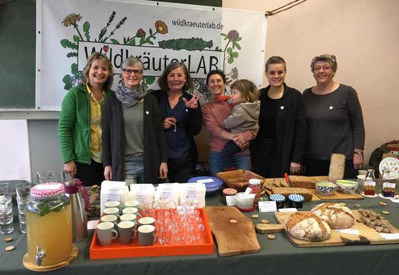 Sechs zertifizierte Kräuterpädagoginnen präsentieren sich auf dem Saatgutfestival