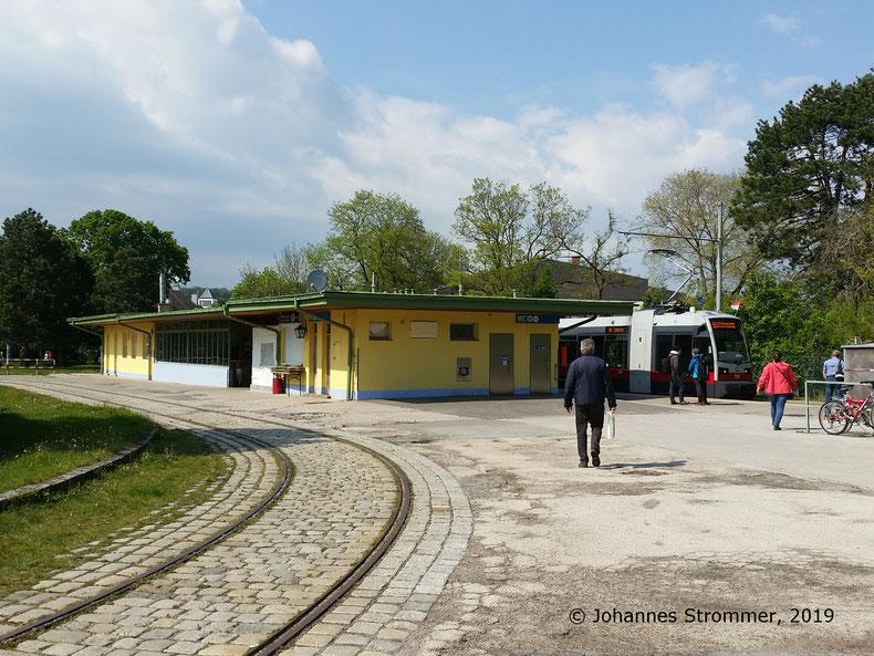 Fotostandort 1a: Gut erhaltene Wendeschleife der ehemaligen Straßenbahnlinie 360 Rodaun - Mödling. Im Hintergrund die Endstelle Rodaun der Linie 60.