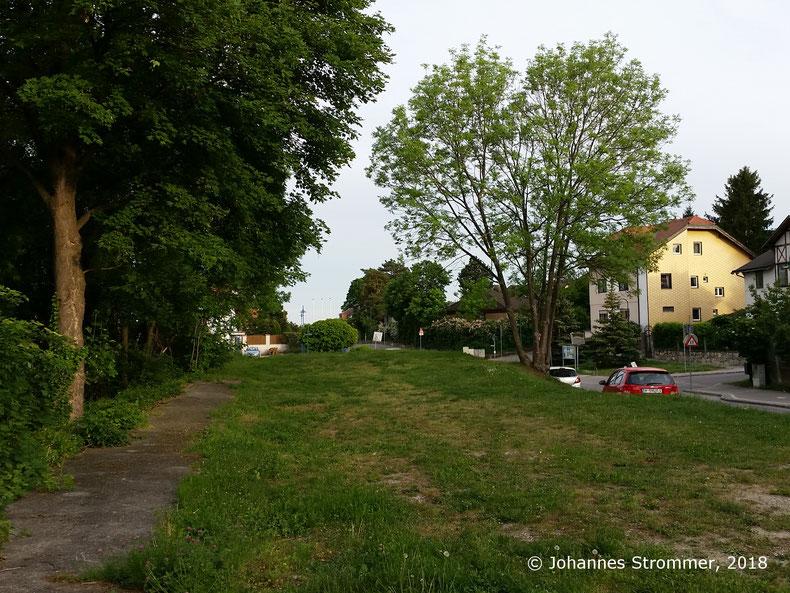 Straßenbahnlinie 360: Bahnsteig und Bahndamm der Ausweiche Felsenkeller noch teilweise erhalten. Dahinter befand sich die Brücke über die Wasserwerkstraße, Blick Richtung Mödling.