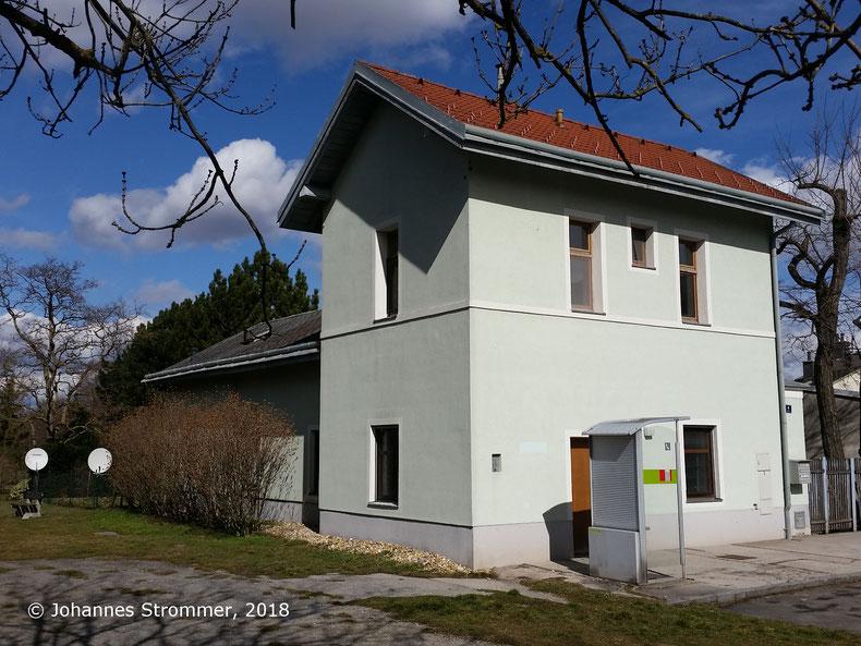 Straßenbahnlinie 360: Aufnahmegebäude des Bahnhofs Perchtolsdorf Brunnergasse, Blick Richtung Wien.