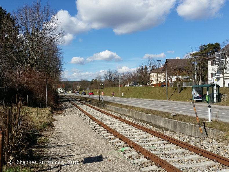 Straßenbahnlinie 360: Ausweiche Perchtoldsdorf Hochstraße. Ungefähr in Bildmitte befand sich einst die Kreuzung mit der Kaltenleutgebener Bahn, die später auf die Trasse der Straßenbahn verlegt wurde.