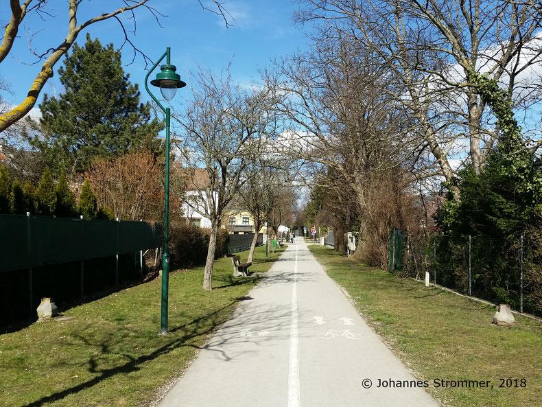 Straßenbahnlinie 360: Trasse kurz vor der Endstelle Mödling. Auf Höhe der Laterne sieht man am linken und rechten Bildrand ein Mastfundament, hier befand sich wahrscheinlich eine Ausweiche. Blick Richtung Wien.