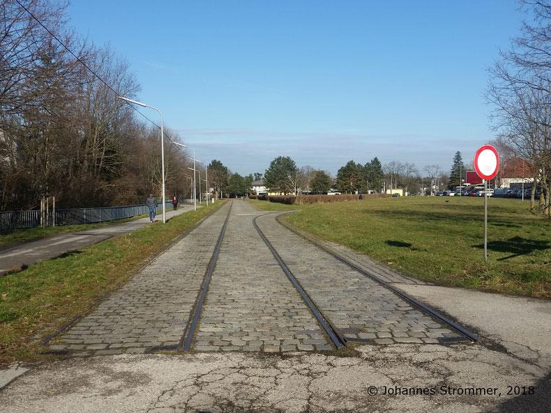 Hier sieht man die gesamte Wendeschleife der Straßenbahnlinie 360, Blick Richtung Endstelle der noch bestehenden Linie 60.