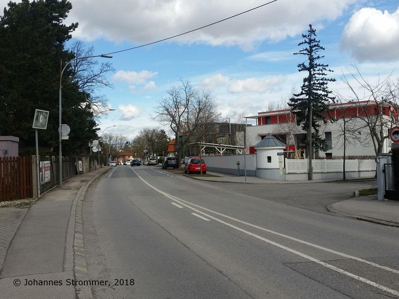 Straßenbahnlinie 360: Hier wurde die Donauwörther Straße auf der Trasse errichtet. Die Aufnahme entstand bei der Abzweigung der Franz-Josef-Straße. Ganz in der Nähe steht ein Haus mit zwei Mauerrosetten.