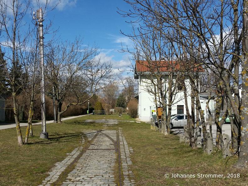 Straßenbahnlinie 360: Bahnhof Perchtolsdorf Brunnergasse, 2 Fahrleitungsmasten erkennbar. Blick Richtung Wien.