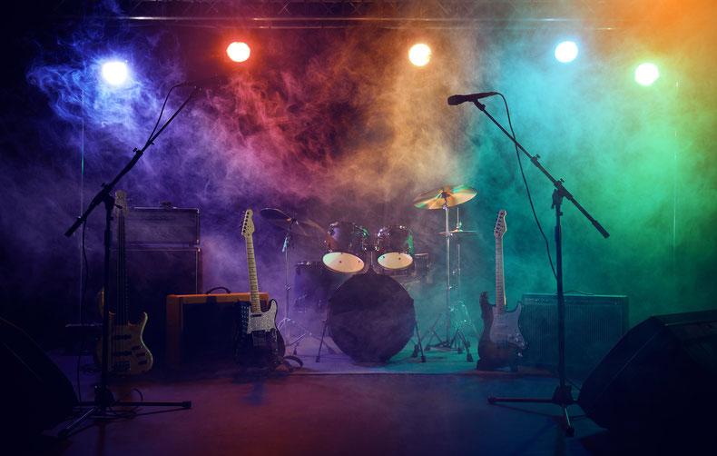 Leere Bühne mit aufgebauten Instrumenten