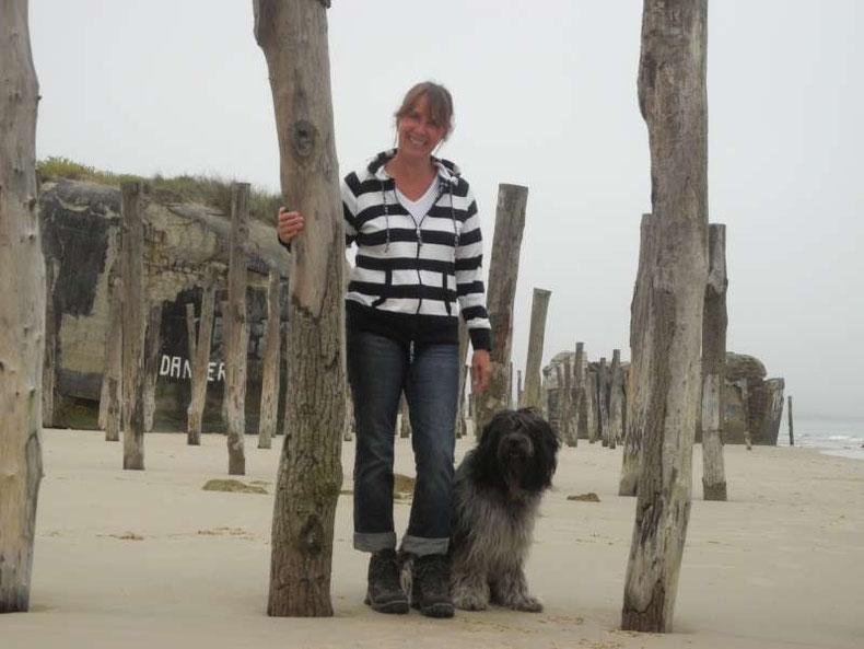 Frauchen mit mir am Strand