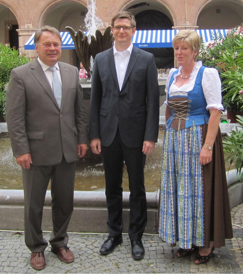 Landwirtschaftsminister Helmut Brunner bei der Urkundenverleihung in München neben Edelbrandsommelier Mathias Gerstner.