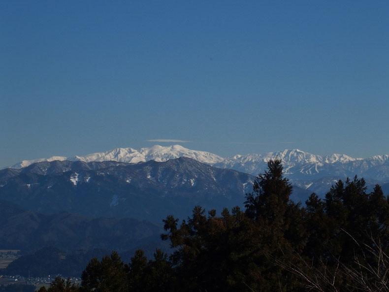 白山を堪能していると知り合いが登って来る。久しぶりの彼氏・彼女たちと山の情報交換などしていると白山に傘雲がかかった。最初は別山の上にうっすらっと、そして急に白山御前ヶ峯の上にはっきりと現れた。