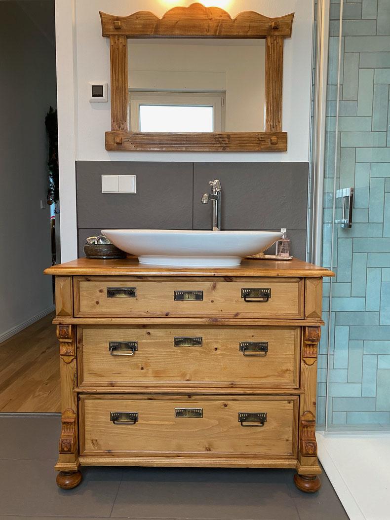 Antiker Landhaus Waschtisch und handgefertigter Spiegel von Land und Liebe