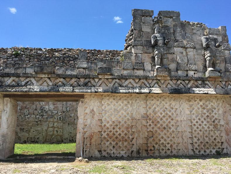 Ostfassade vom Palast der Masken oder Codz Poop, Königsfiguren