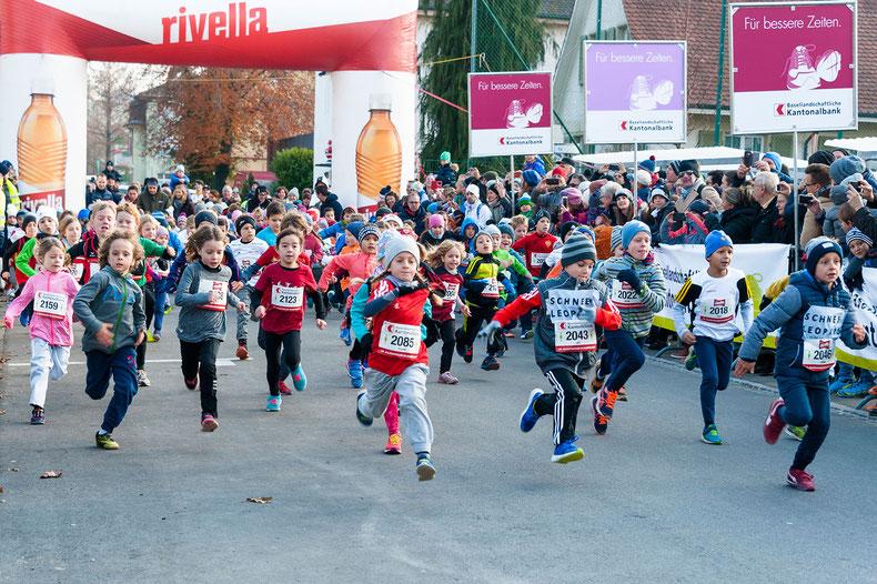 Nach dem Startschuss: Die Schülerschar der Kategorie U8–U10 macht sich auf, die 850 m möglichst schnell zu absolvieren.