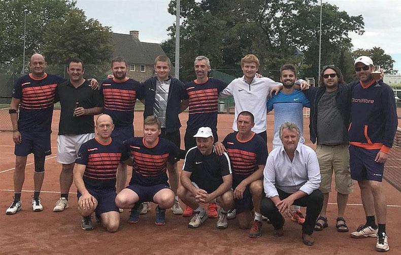 De spelers van Metallic samen met hun tegenstanders uit Naast.