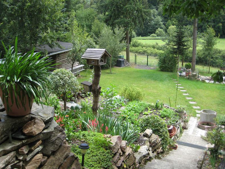 Weg in den Garten von der Terrasse