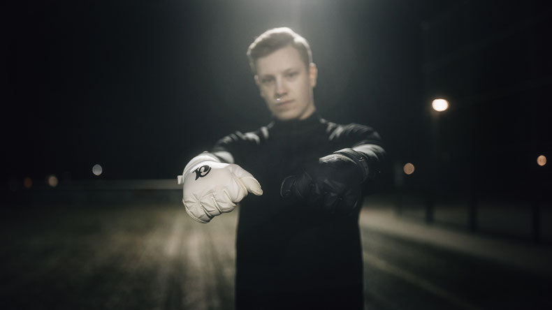 Octo One Torwarthandschuhe in weiß und schwarz mit dem ultimativen Grip für alle Torhüter beim Fußball