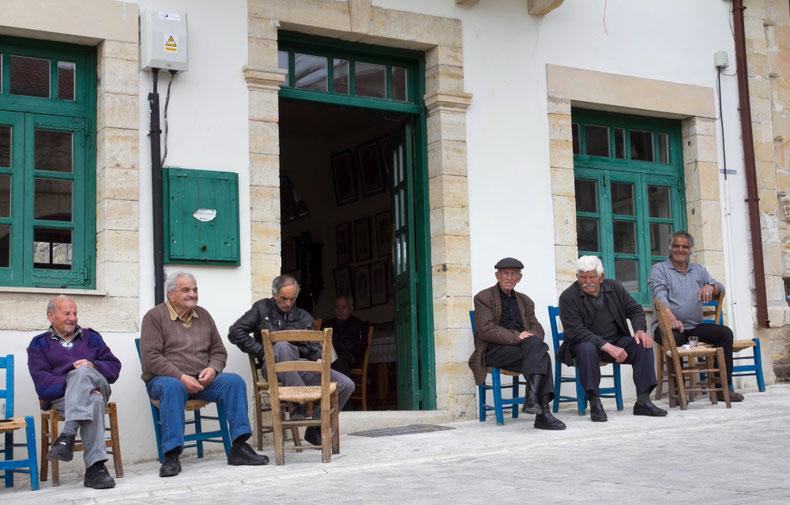 Arsos kaimo vyrai tavernos svečiai Kipre