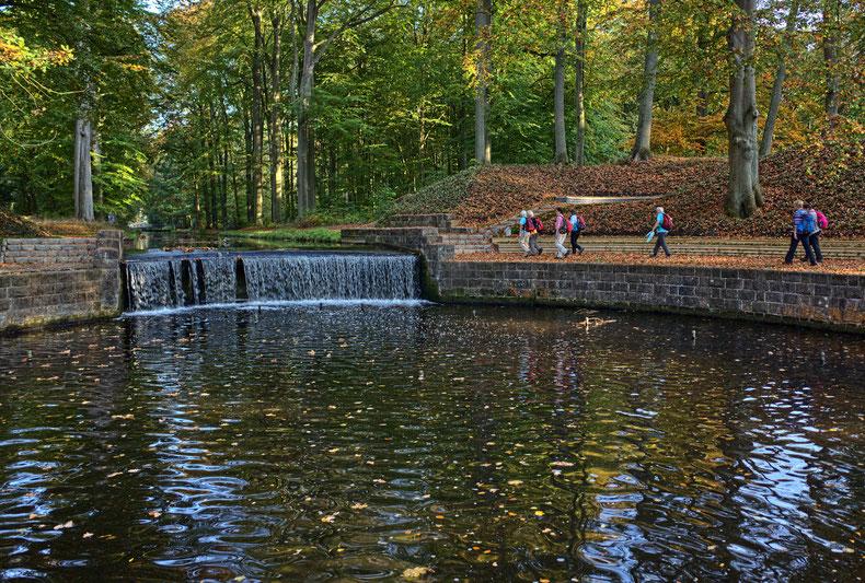 Ludwigsluster Kanal, gelegen in der Stadt Ludwigslust. Der Kanal führt durch den Schlossgarten zum Schloss Ludwigslust.