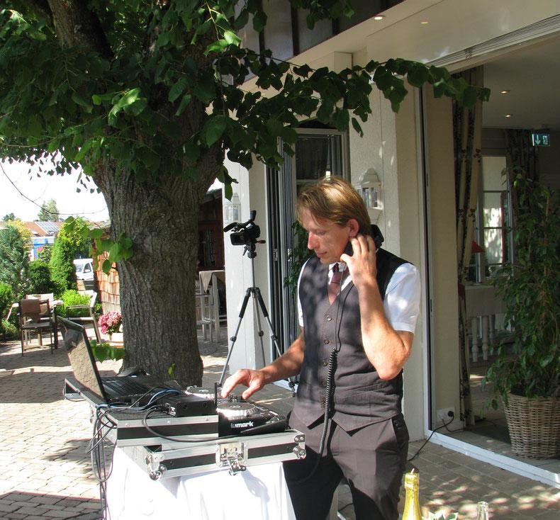 Ich, bei der Arbeit... Hochzeit von Sabrina & Tobi im Hotel Gentner am 08.07.2017        Bei dieser Hochzeit durfte ich innen und außen für die musikalische Untermalung sorgen