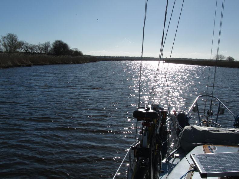 Mit dem Boot auf den Boddengewässern an der Ostsee
