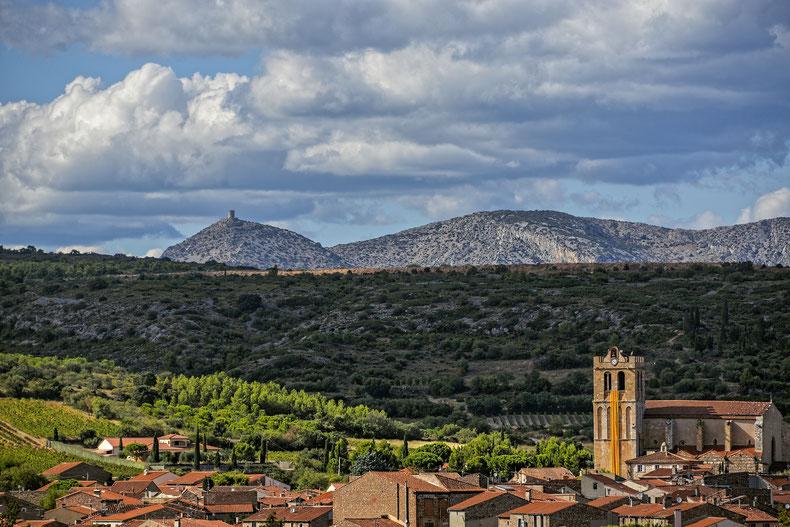 Blick über Baixas, dem Sitz von Dom Brial, in Richtung Pyrenäen