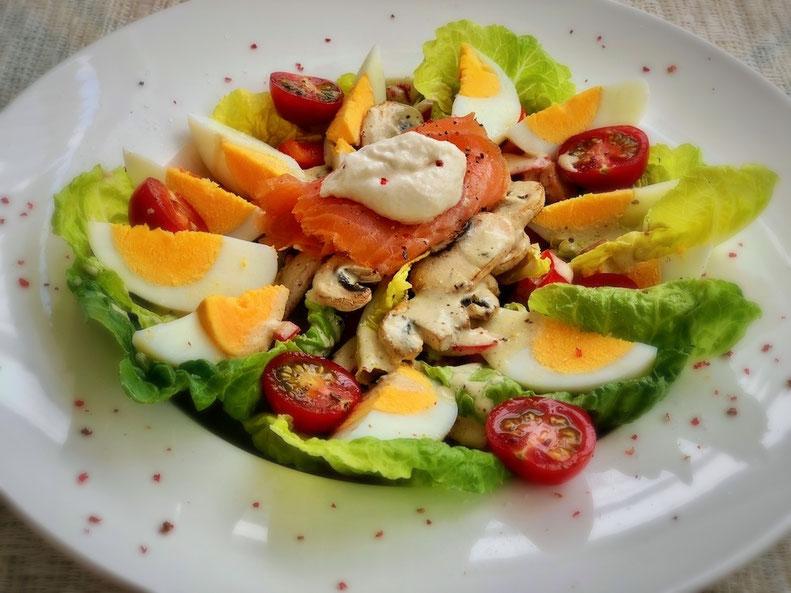 Salat mit Ei und Lachs