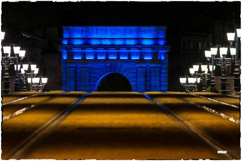 Bordeaux , porte de bourgogne avec lumiere bleue, entree de la ville par le pont de pierre