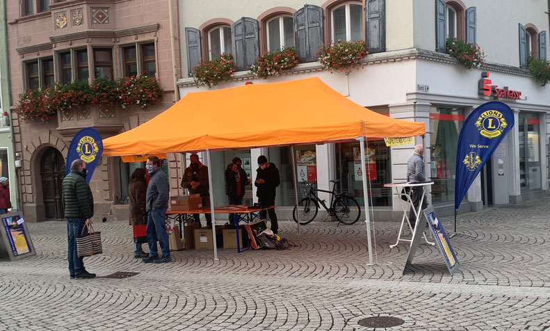 Verkauf der Adventskalender am Marktplatz in Villingen am 07.11.2020