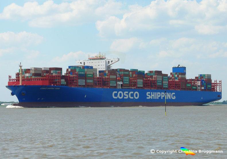 """20.000 TEU Containerschiff """"COSCO SHIPPING TAURUS"""" auf der Elbe, 25.05.2018"""