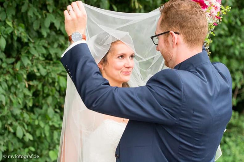 Die freie Trauung auf einem Bauernhof, finde Informationen und Tipps für die Freie Trauung in Werne, NRW, Hochzeitsreportage, gefunden auf philosophylove.de aus Düsseldorf