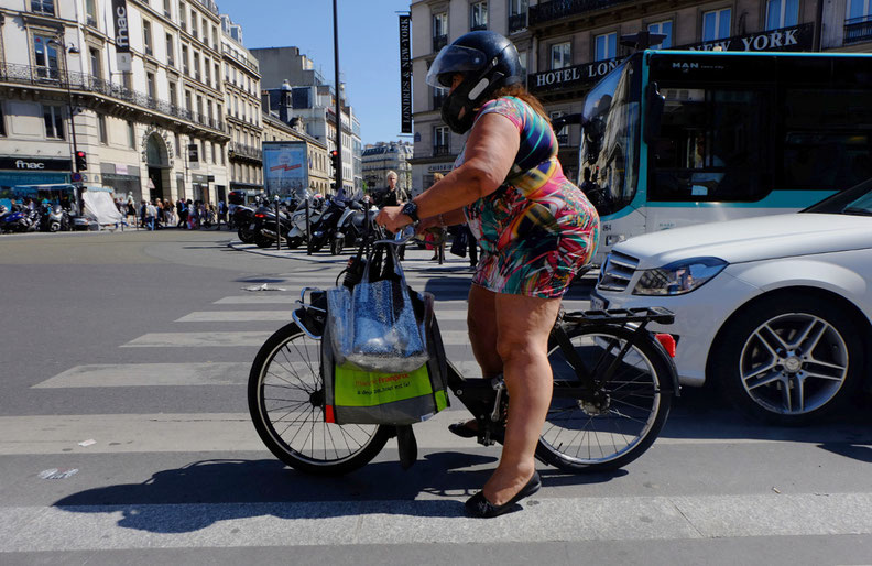 Mathieu Guillochon photographe, street photography, France, Paris, Saint Lazare, street photo, femme, solex, femme, passant, robe, circulation, couleurs, été, rue,